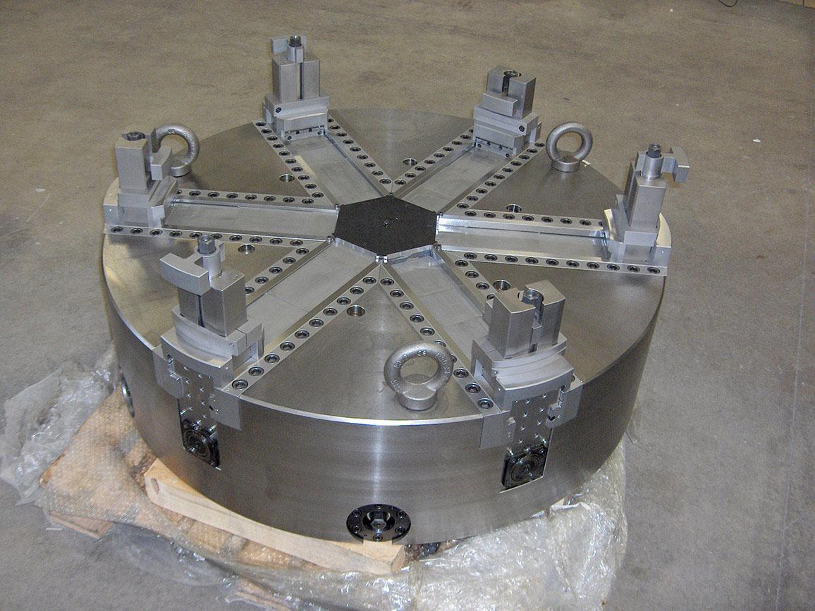 Mandrino autocentrante Ø1100 a sei griffe per il bloccaggio di anelli dentati.
